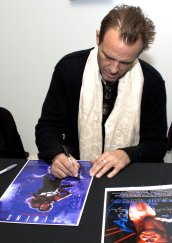 Michael Biehn signing 'Aliens' masterprint at Collectormania event