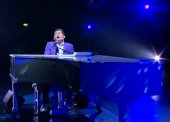 Lee Evans perfoms at the piano