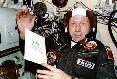 Alexei Leonov with his sketch of Tom Stafford drawn on the Apollo-Soyuz Test  Project