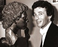 Robert Powell in 1979 with the bronze bust of him by Enzo Plazzotta