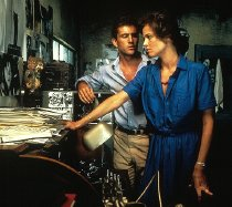 Sigourney Weaver &  Mel Gibson in 'The Year of Living Dangerously' (1982)