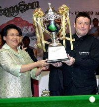 Jimmy White wins the Sangsom 6-red World Grand Prix trophy in Bangkok in 2009